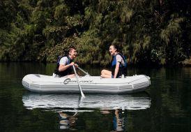 Bateau Marine Pro blanc pour deux adultes et 1 enfant